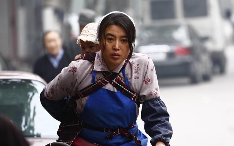 桂花一个人带着东东又苦守了三年,漂亮的脸庞明显憔悴了。