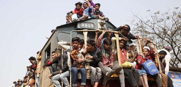 """为了回家 这个国家的人们""""挂""""在火车上"""