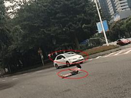 深圳女子躺马路上淡定拍照 身边汽车飞驰而过