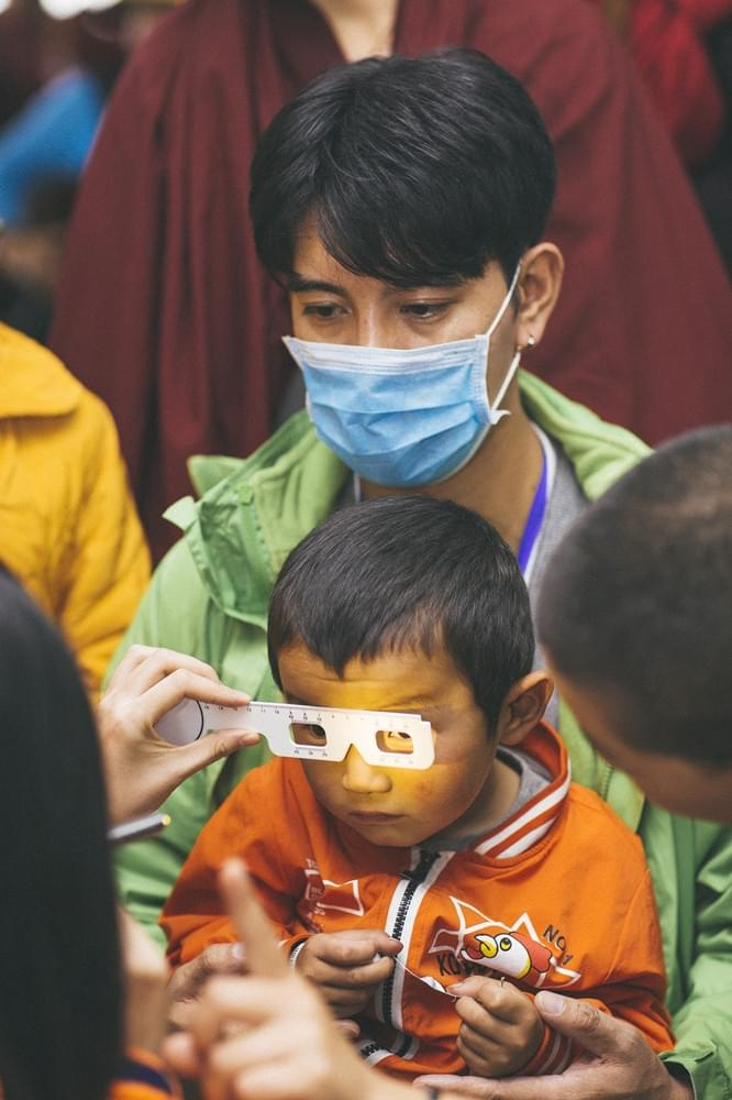 """蒲巴甲西藏""""光明行""""怀抱婴儿 在公益路上再前行"""