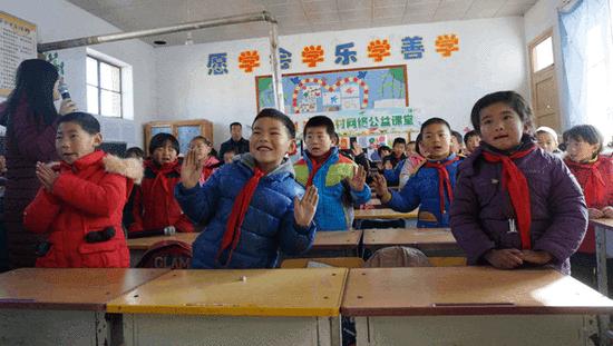 李家堡中心小学的学生在网络直播音乐课上边唱边跳