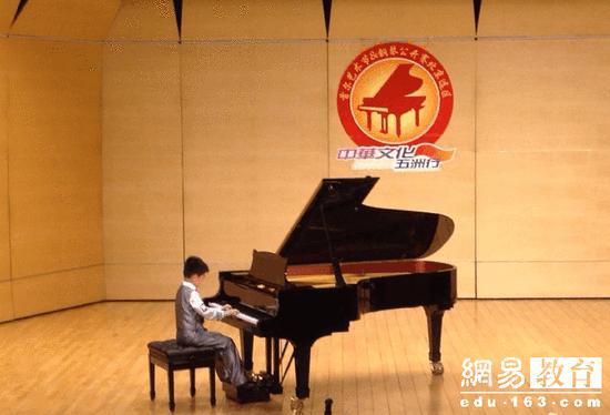儿子跳跳参加钢琴比赛