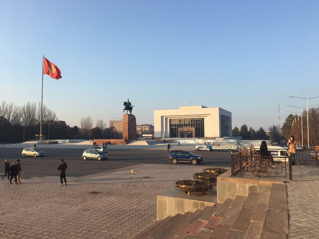 市中心广场,国旗下是英雄玛纳斯塑像和国家历史博物馆