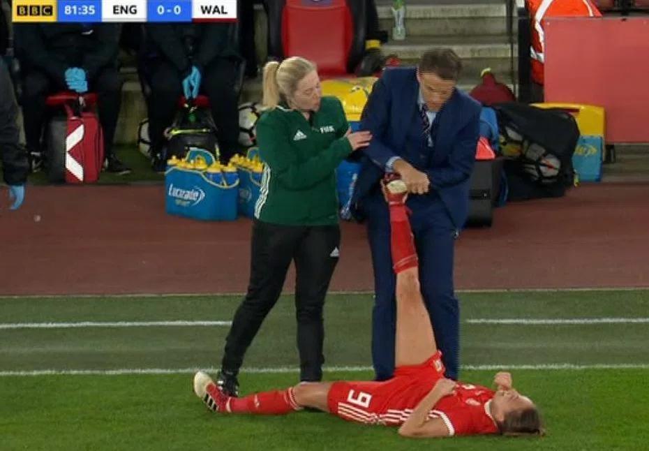 先生,请住手!男教练为女足抽筋弟子压腿引争议