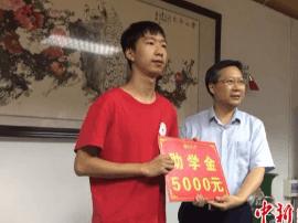 为照顾奶奶复读 18岁少年终被重庆大学录取