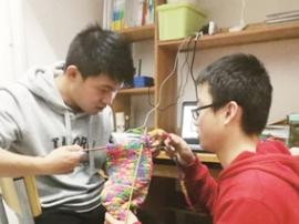 长春大学生织围巾送环卫工人 送去一份温暖