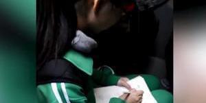 女孩公交写作业给老人让座遭拒
