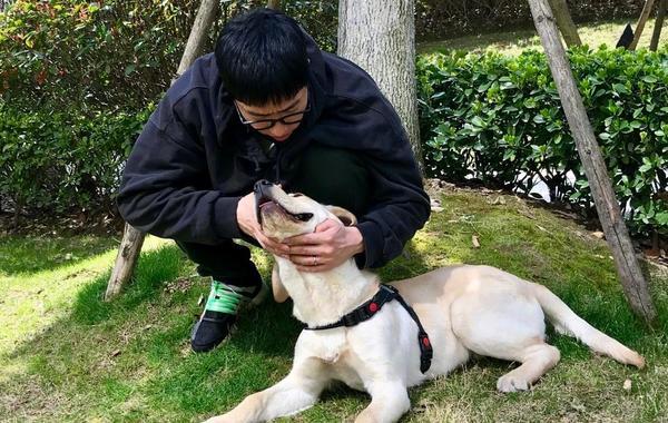 刘翔与爱狗互动温情满满