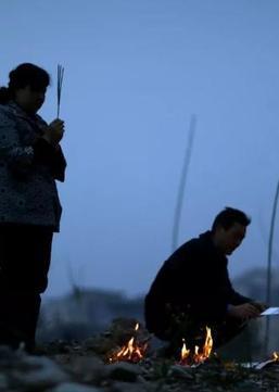 易见:中国为什么强制推行火葬?