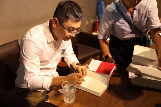 六神磊磊新书签售现场