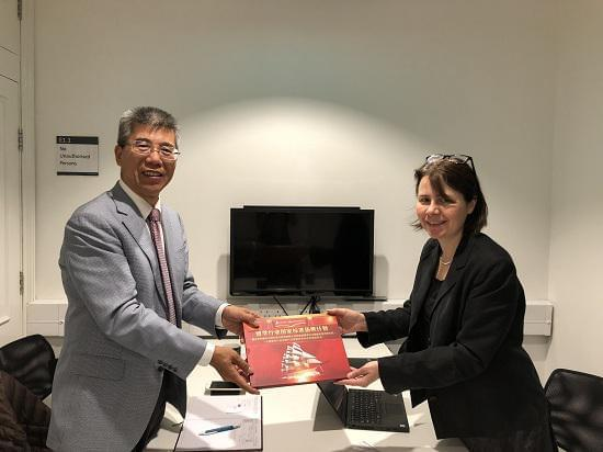 (右)曼彻斯特大学国际办公室主任Fiona Brown女士、(左)金吉列留学董事长朱燕民先生