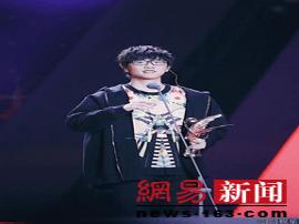 """许嵩出席音乐风云榜 获""""最受关注原创歌手"""""""