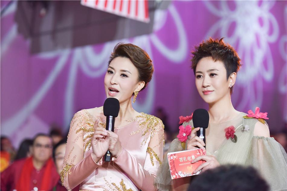 马丽文联春晚舞台主持首秀 展新时代女性魅力