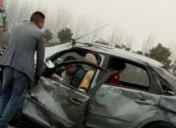 小伙为救因车祸昏迷司机连闯红灯