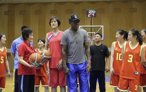 罗德曼与朝鲜女篮见面聊天