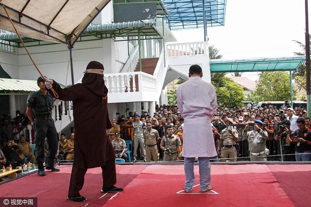 印尼4对情侣因婚前性行为遭鞭刑