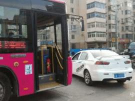 公交车和私家车刮擦 两司机争吵双双躺倒马路上