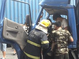 黄江:货车追尾后司机双腿被卡住 消防员紧急营救