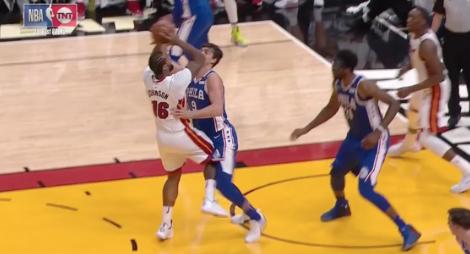 【影片】肉搏!Winslow眉骨流血大帝撞傷對手 Johnson一人對噴Saric+Simmons-Haters-黑特籃球NBA新聞影音圖片分享社區
