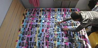 长春男子收藏近3000部手机欲开博物馆
