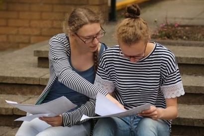 英国大学补录也有机会以较低分数申请到好专业。