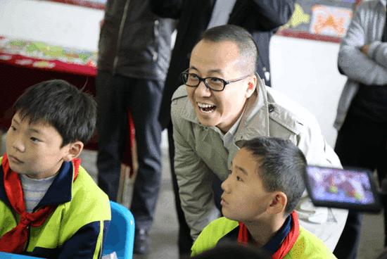 伏彩瑞与马耳岩小学学生一起上网络公益课程