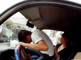 男子驾照吊销后仍上路 慌乱换座被咸宁民警抓正着