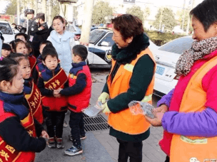 广平:幼儿园小朋友为巡特警环卫工人送温暖