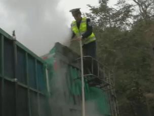 运煤货车行驶中自燃 阜平交警紧急救火化险
