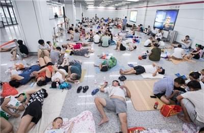 杭州持续40℃高温 纳凉族涌入地铁站场面壮观