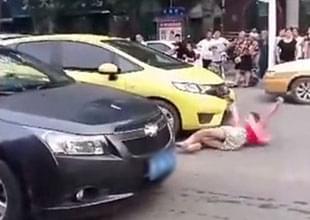 女子假碰瓷 司机紧张踩油门结果真被撞
