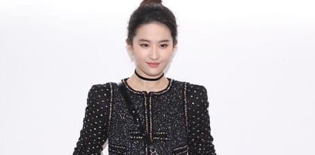 刘亦菲穿黑裙显优雅 肤白胜雪