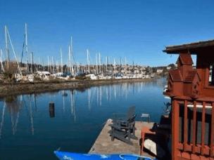 渡轮改成船屋 拿起鱼竿就能钓鱼