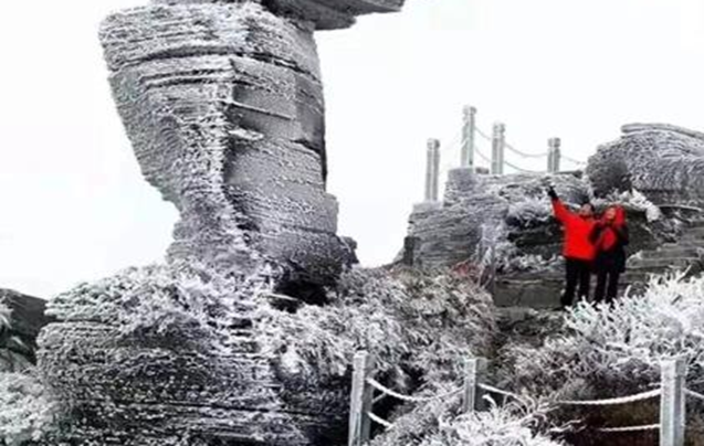 四月飘雪的梵净山,有一种独特的美