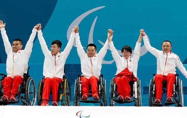 轮椅冰壶队员登上领奖台