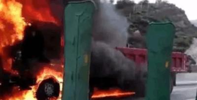 平遥高速上一辆大货车被烧成了空壳子