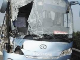 大巴发生事故危险重重 24名乘客被安全转移