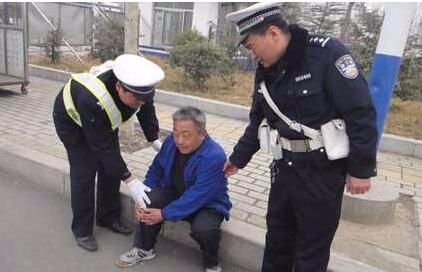 松滋一八旬老人离家走失 民警相助平安回家
