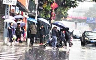 福州街头一骑手雨中摔倒 众人忙搀扶打伞