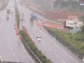 可怕!广西这三辆车竟在雨天的高速路上同时倒车