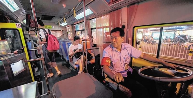 """海口夜线公交车方便""""夜归人"""""""