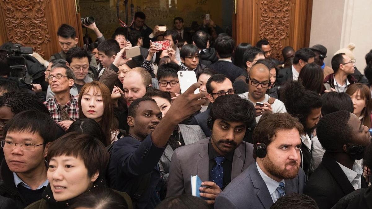 两会每日图片精选:参会外媒记者举手机自拍