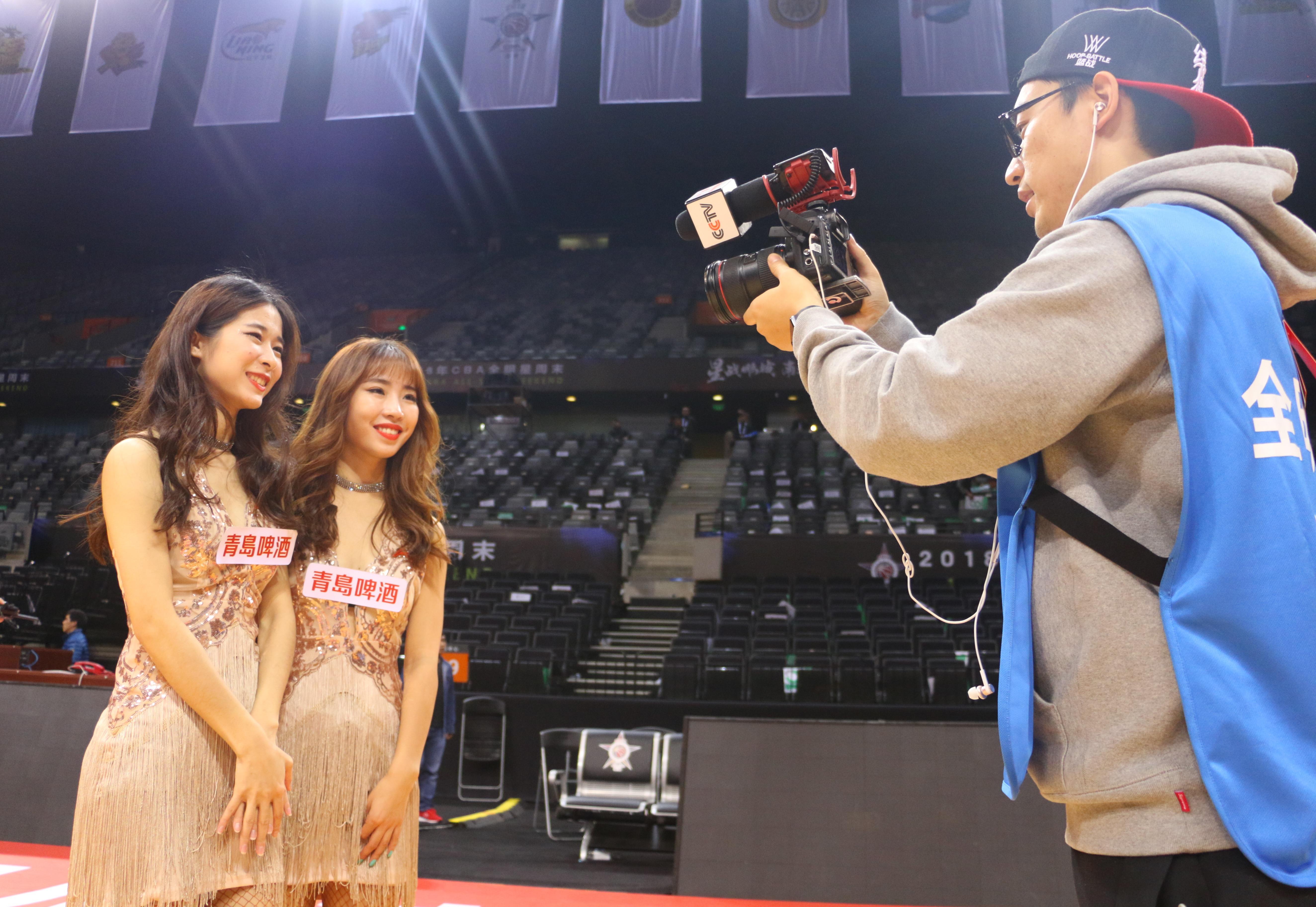 李晓涵(右二)
