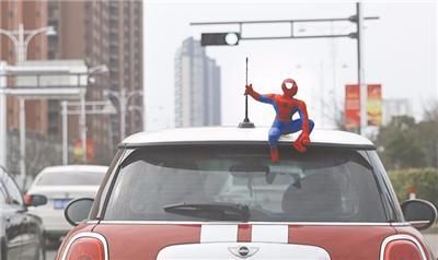 """车顶坐个""""蜘蛛侠""""很酷?若引发事故你将负全责!"""