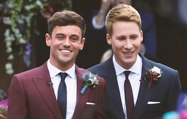 戴利公布甜蜜婚礼照片 相拥看焰火幸福满满