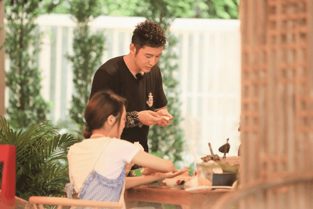 《中餐厅》黄晓明传授包饺子诀窍 怎料遭受质疑