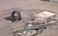 小区车辆太多致路面破损 水表井遭殃