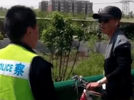 唐山小伙自行车冒充汽车上高速赶车流