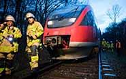 风暴袭击德国 致火车撞树