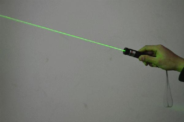 东莞男孩被激光笔射伤眼睛 视力降至0.3